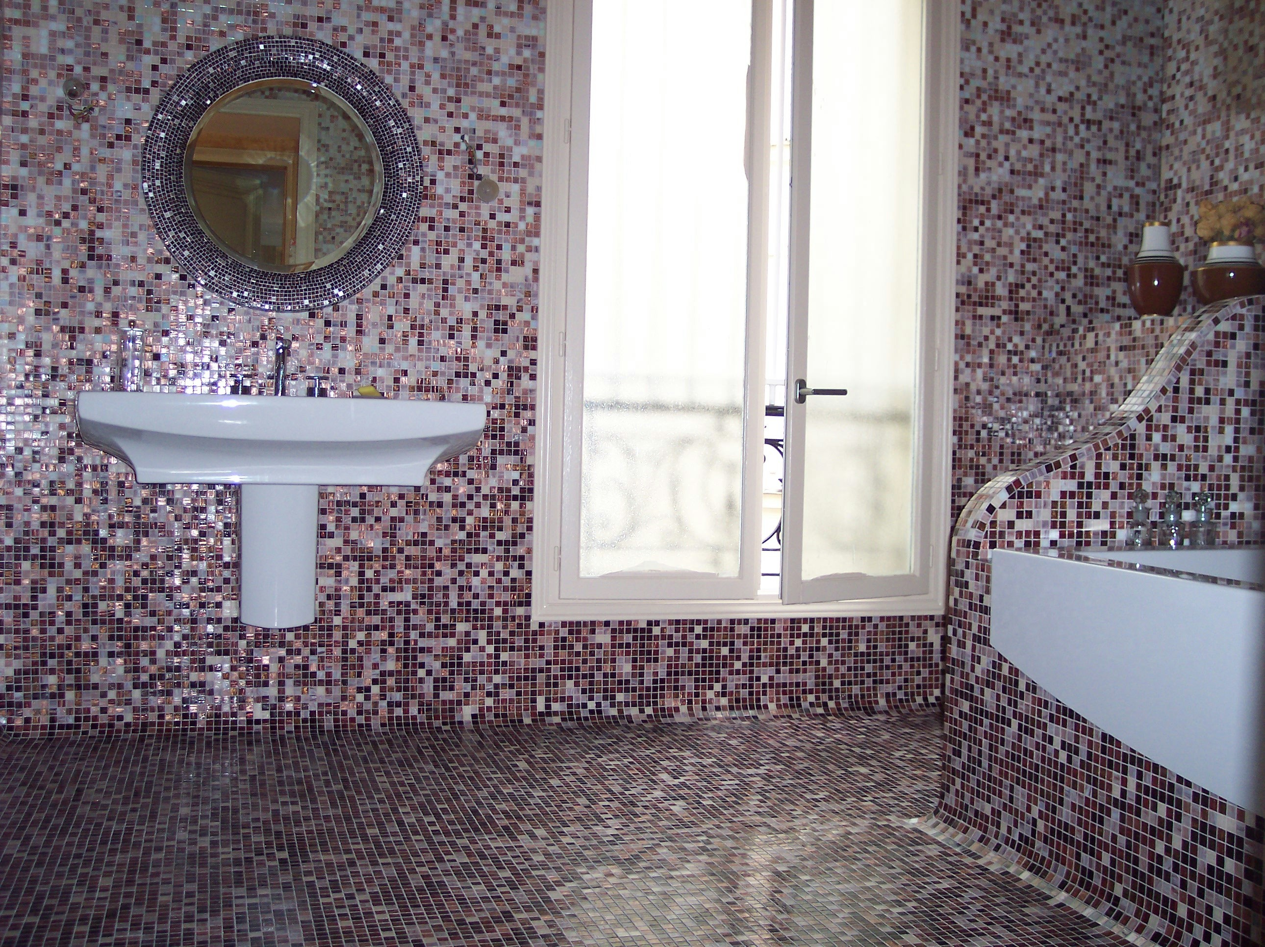 Floor mosaic with rounded corners, wall in andamento and sculpted mosaic mirror